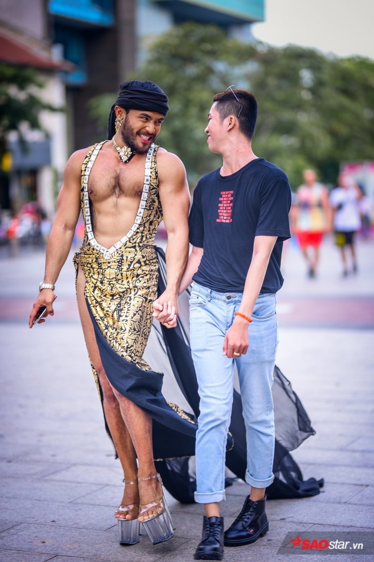 Thánh catwalk Sinon cùng HH Hương Giang náo loạn phố đi bộ trong chương trình dành riêng cho LGBT