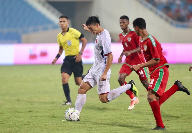 Đoàn Văn Hậu có cú Trivela đẳng cấp vào lưới U23 Oman. Ảnh: LT