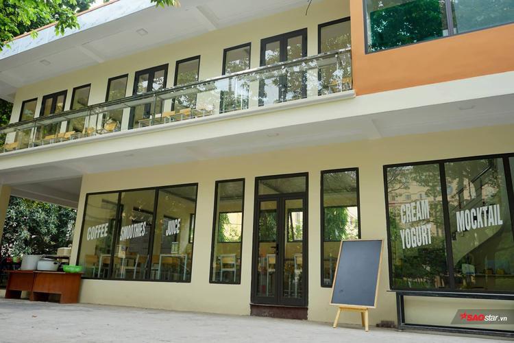 Qua hơn 1 thế kỷ xây dựng và phát triển, Trường Đại học Khoa học Tự nhiên đạt được nhiều thành tích như: Đơn vị anh hùng lao động trong thời kỳ đổi mới (năm 2000); Huân chương Hồ Chí Minh (năm 2001); Đơn vị anh hùng lao động cho khối chuyên Toán tin (năm 2005); Huân chương độc lập hạng Nhất (năm 2011).
