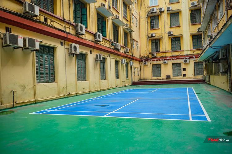 Ngôi trường có bề dày lịch sử, thành tích này được sinh viên yêu mến còn bởi khung cảnh đặc biệt xanh mát và nên thơ.