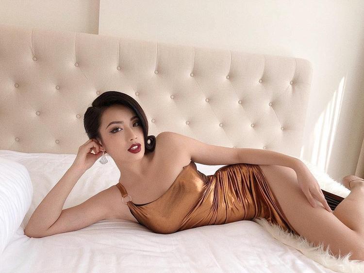 Đôi khi thay đổi hình ảnh của bản thân với chiếc váy dạ hội xẻ chân cùng với tông makeup son đỏ quyến rũ.