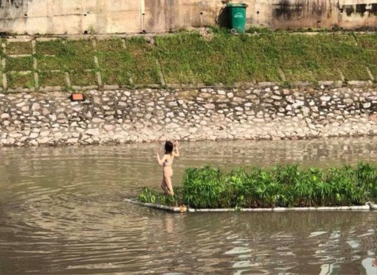 Hình ảnh cô gái mặc nội y tạo dáng dưới sông Tô Lịch.