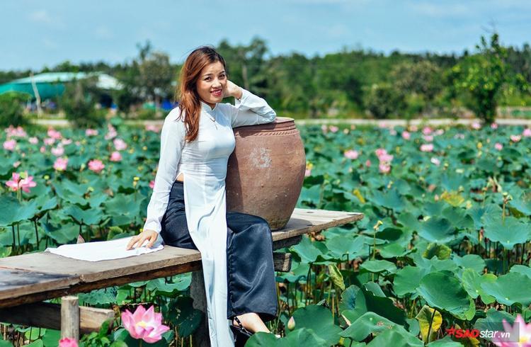 Không chỉ đặc biệt bởi ao sen nở rộ, đồng sen còn trang bị khá chu đáo: cây cầu nho nhỏ cùng những biểu tưởng truyền thống của làng quê Việt như chum nước, mái nhà tranh , thuận tiên cho những du khách muốn chụp hình, ngắm hoa…