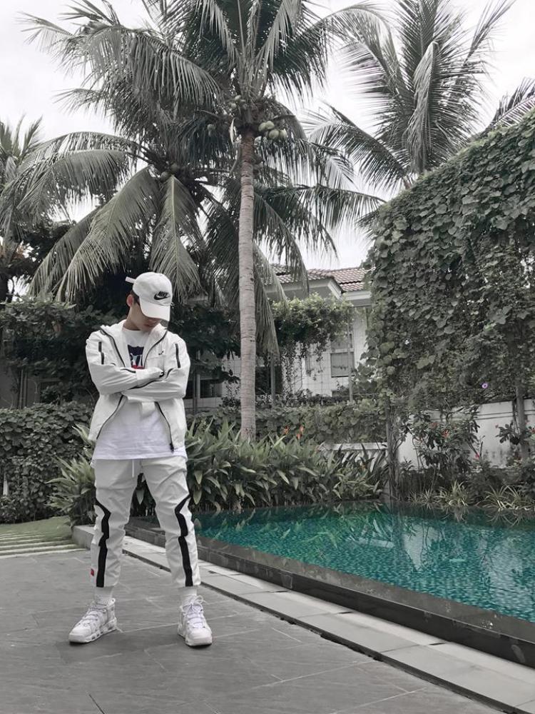 Phong cách thời trang bắt mắt của Sơn Tùng khi ở Sài Gòn.