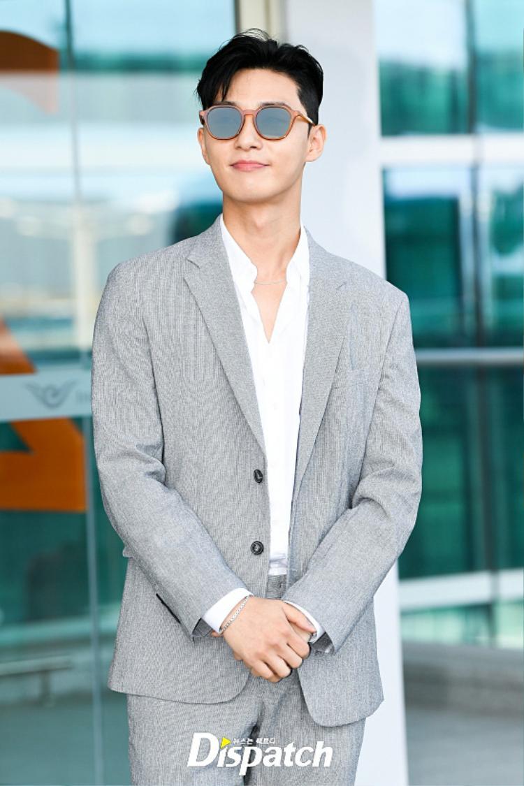 Xuất hiện lần đầu sau tin đồn hẹn hò Park Min Young, Park Seo Joon bị Phó tổng Lee Young Joon nhập tại sân bay