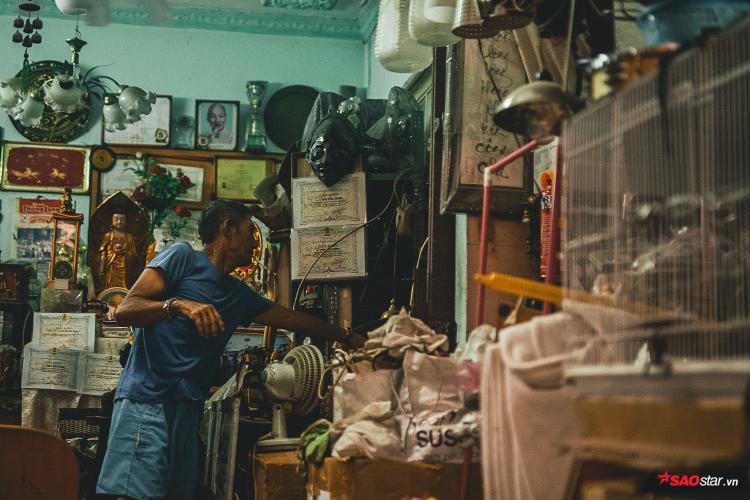 Nhiều vật dụng cũ kỹ như: đầu đĩa, loa, quạt trần, tượng đá, điện thoại, tivi, hay thậm chí là rô-bôt, đồ chơi,… đều được ông cất giữ.