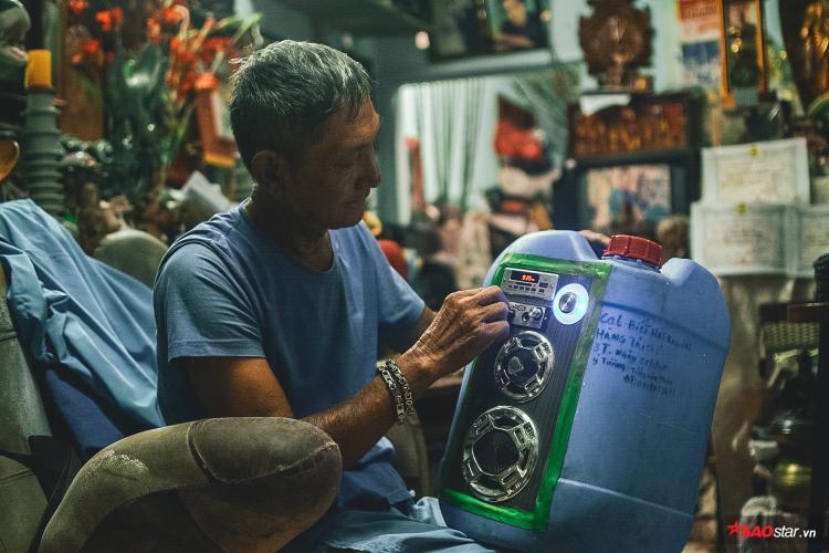 Mỗi năm, ông đều đem những món đồ đi trưng bày để mọi người tìm hiểu và ý thức hơn trong việc xả rác.