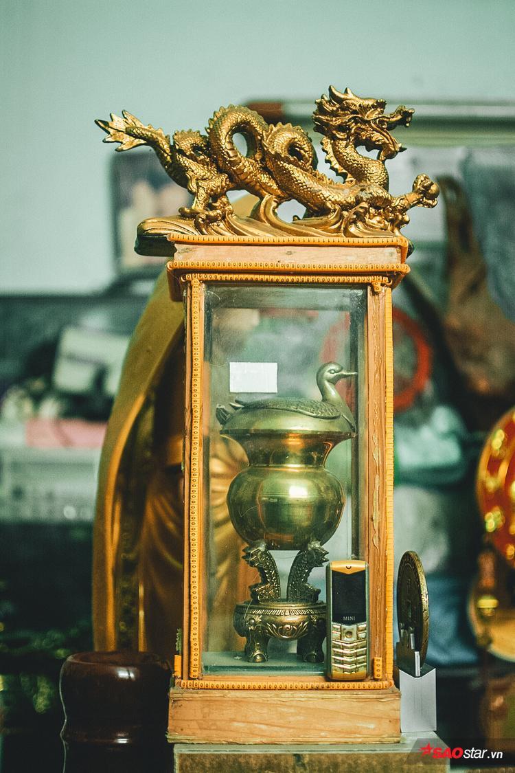 Lư đựng trầu, tượng rồng, và chiếc điện thoại cũ bị vứt đi,… đều được chú trưng bày cẩn thận.
