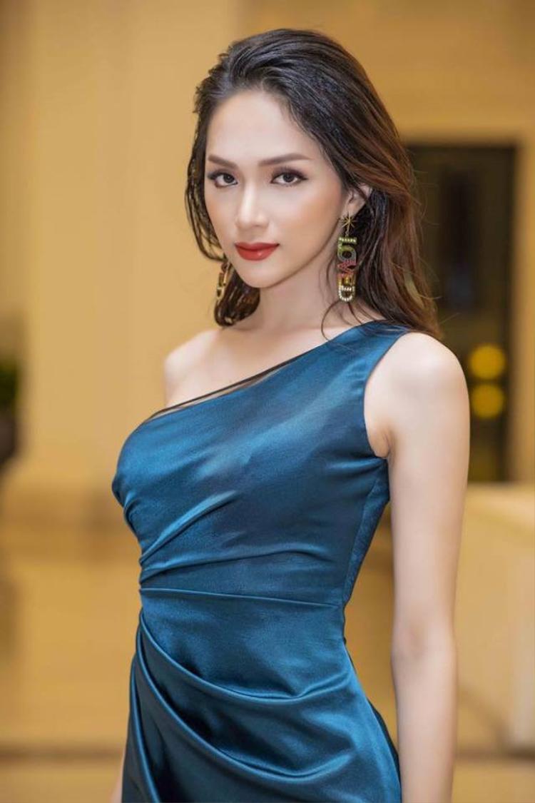 """Tự nhận mình là """"người mới"""" trong ngành thời trang, nhưng Hương Giang vẫn là cái tên được giới mộ điệu đánh giá cao."""