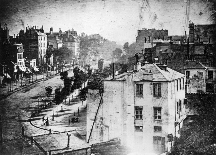 Đại lộ du Temple, chụp bởi Daguerre vào năm 1838 được công nhận là bức ảnh hoàn thiện đầu tiên của loài người.