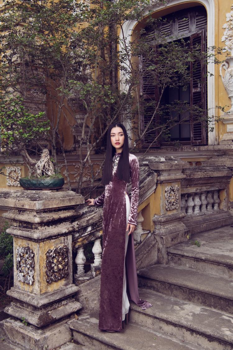 Chiếc áo dài nhung đem lại vẻ đẹp sắt son, đài các cho người mặc.