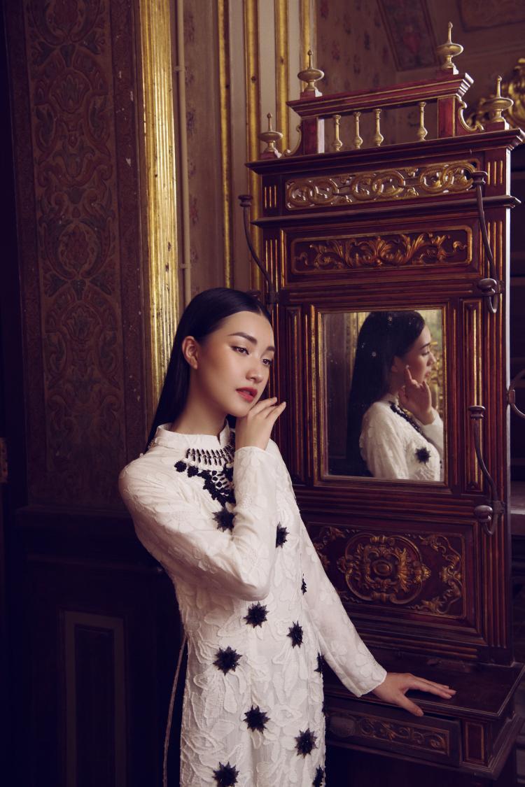 Người đẹp cho biết áo dài là trang phục mà cô yêu thích nhất bởi nó mang đến cho cô sự tự tin, thoải mái.