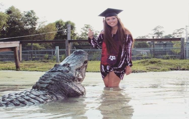 Makenzie Noland chụp hình chung với cá sấu để kỷ niệm ngày tốt nghiệp đại học. Ảnh: Mirror
