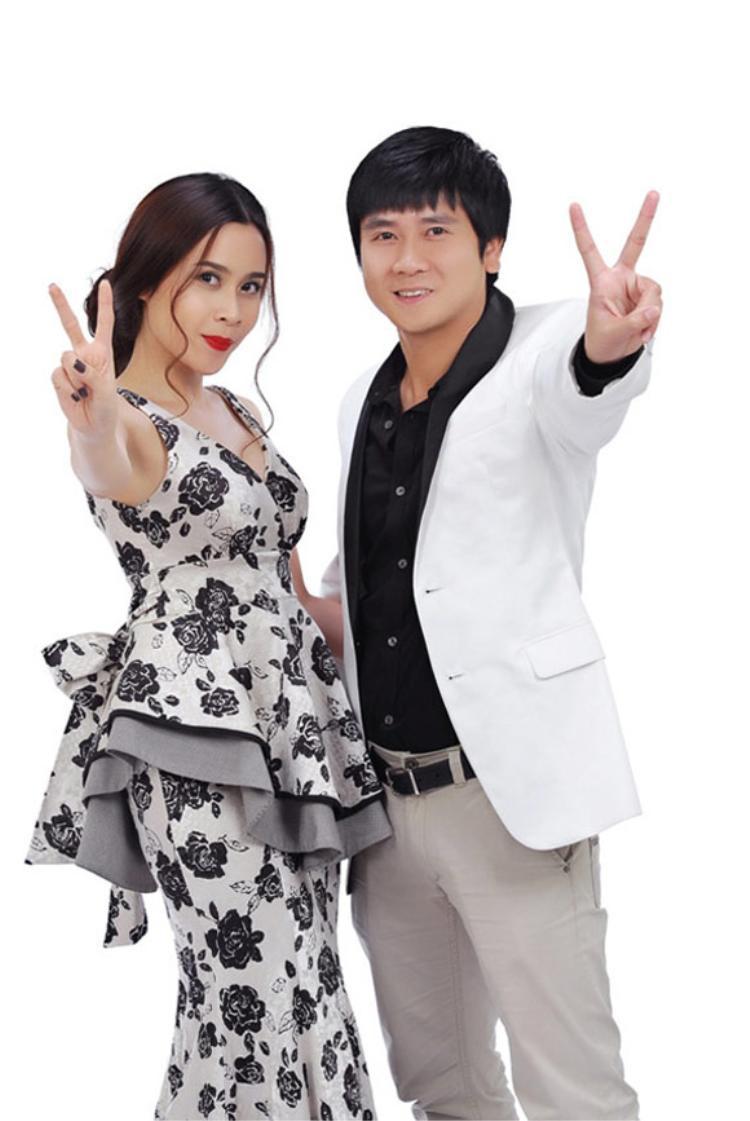 Xuất hiện tại poster của The Voice Kids mùa đầu tiên với chiếc váy peplum họa tiết đen trắng cầu kì, sang trọng.