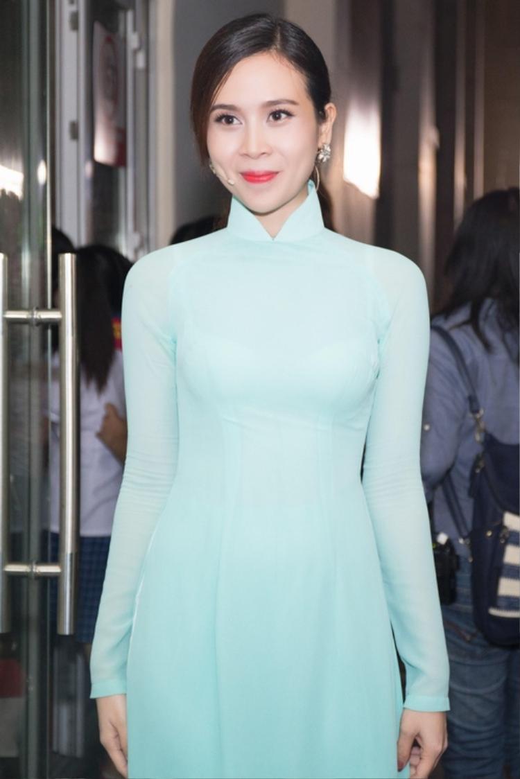 Lưu Hương Giang được nhiều người khen xinh giống hoa hậu bởi vẻ ngoài mặn mà, yêu kiều trong tà áo dài truyền thống.