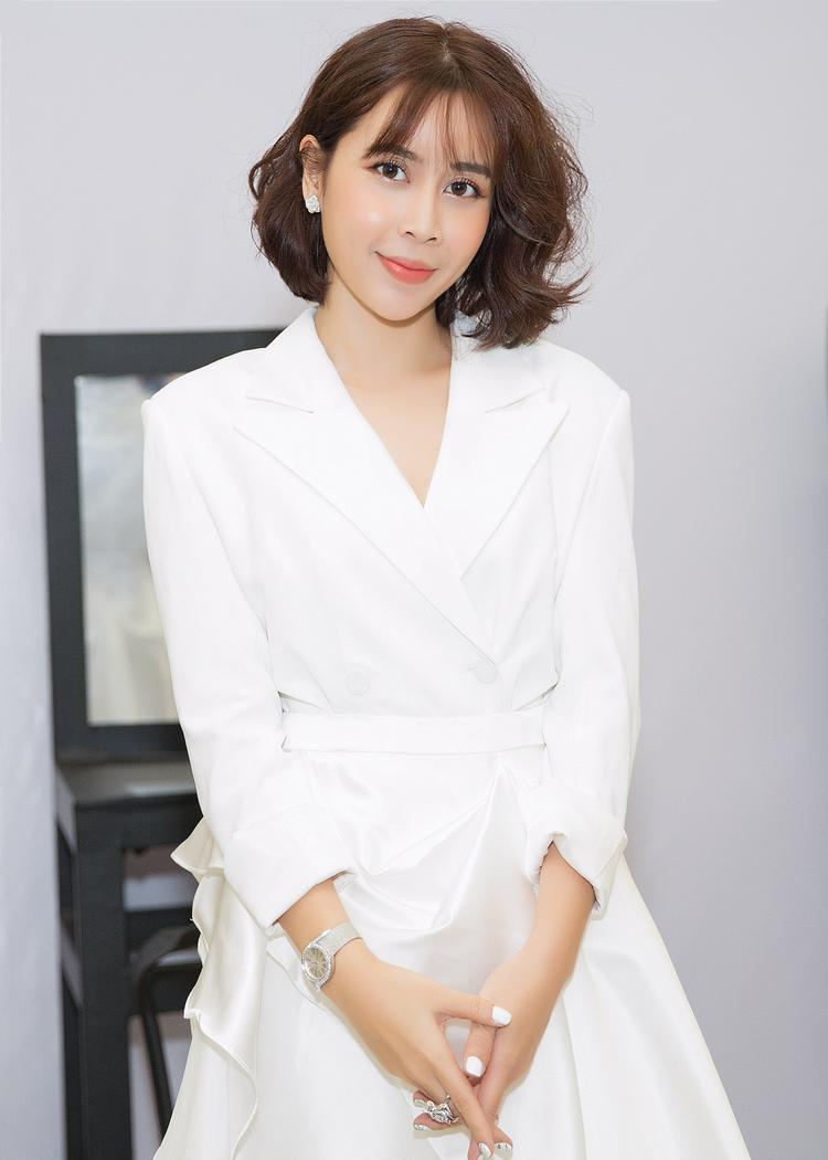 Lưu Hương Giang trẻ trung, sang trọng với trang phục trắng thanh lịch, tóc bob sành điệu và phụ kiện tiền tỷ.