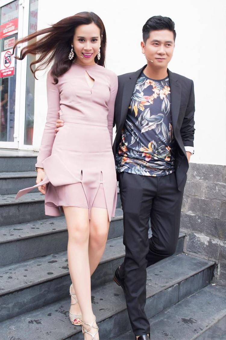 Lưu Hương Giang diện váy ngắn xếp nếp màu hồng phấn vô cùng sành điệu trong vòng giấu mặt. Chiếc váy này có giá lên tới 140 triệu đồng.