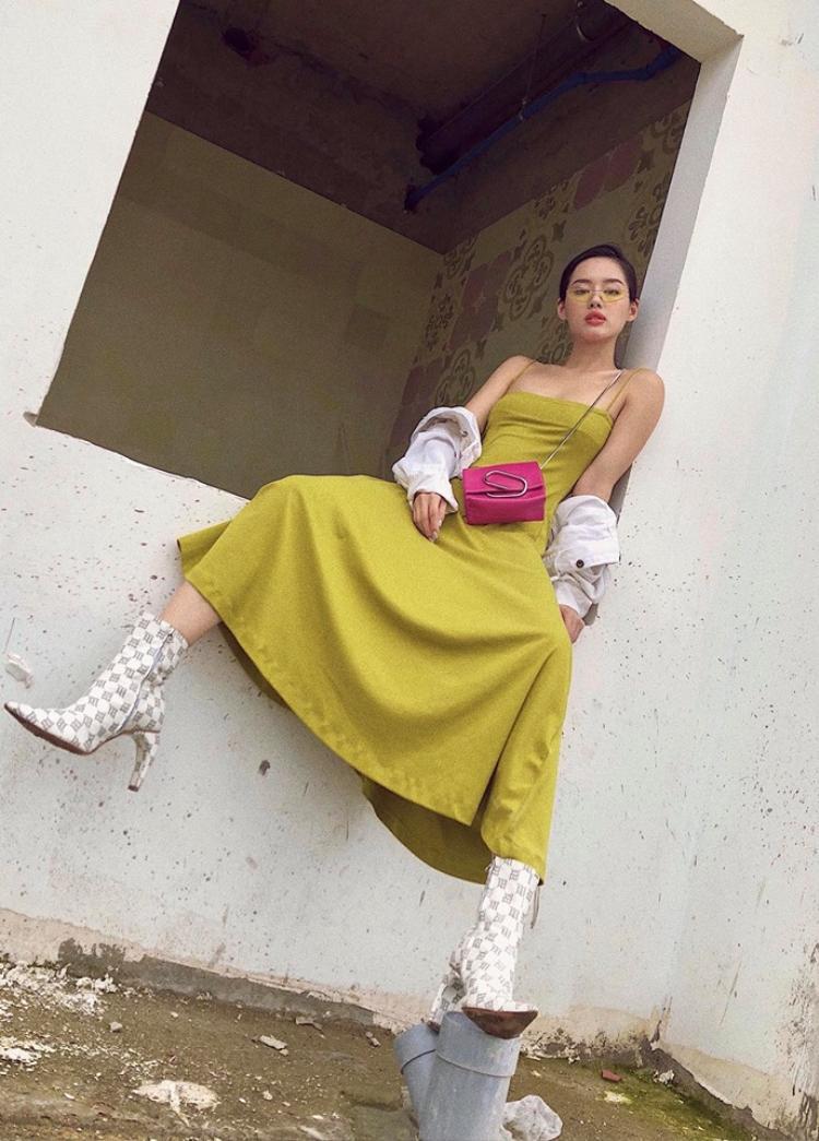 Trong chiếc đầm xòe 2 dây gợi cảm, Khánh Linh lại gây ấn tượng bởi cách tạo dáng cá tính, mạnh mẽ.