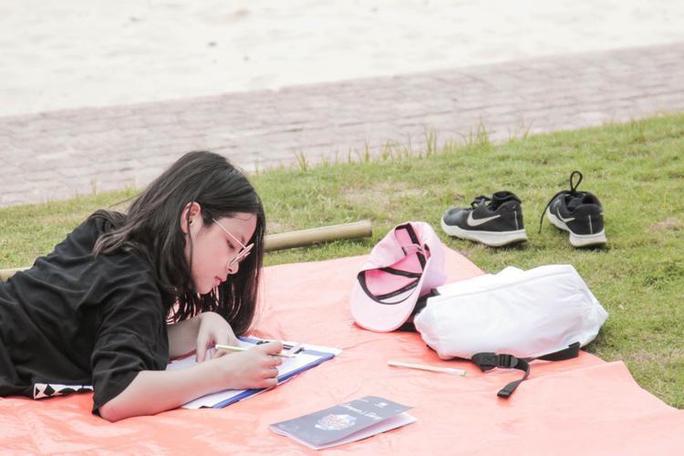 Phan Anh khoe ảnh con gái lớn Bảo Anh của mình. Cô bé càng lớn càng ra dáng một thiếu nữ. Nam MC chia sẻ rằng đây là bức hình Bảo Anh đang viết thư cho cả nhà.