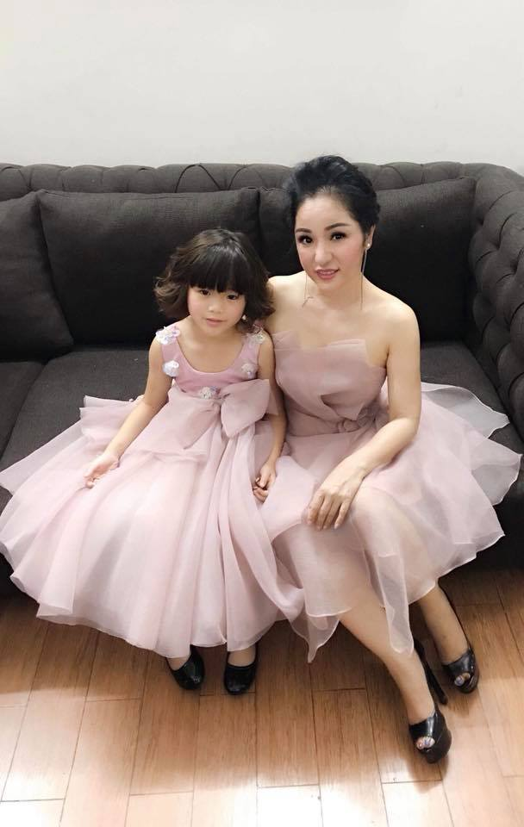 Danh hài Thúy Nga khoe ảnh mẹ con xúng xính váy áo để đi dự đám cưới con gái nghệ sĩ Hồng Vân. Con gái Thúy Nga càng lớn lại càng xinh xắm đáng yêu.