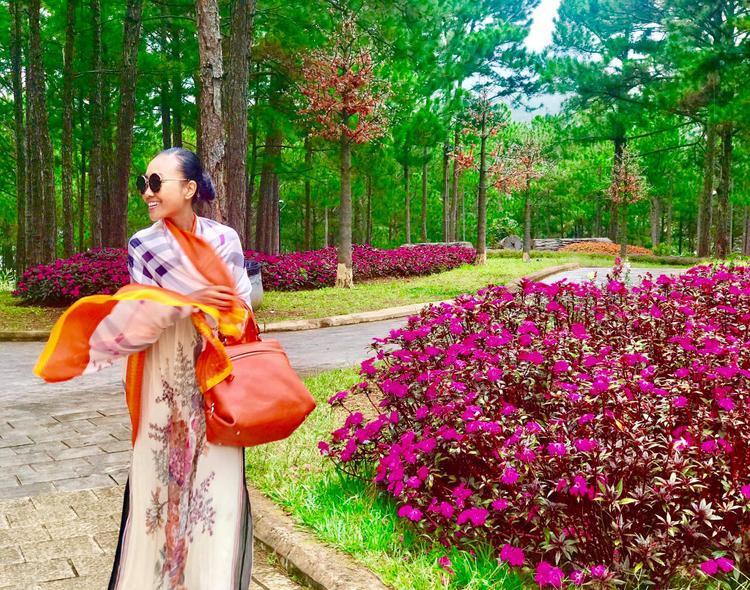 """Đoan Trang khoe hình ảnh rực rỡ trong chuyến du lịch ở Đà Lạt. Nữ ca sĩ còn chia sẻ rằng """"Tại sao chỉ cách Sài Gòn có 35 phút bay, mà lại có một nơi xinh đẹp, mát mẻ, dễ thương, tuyệt diệu đến như vậy?"""""""