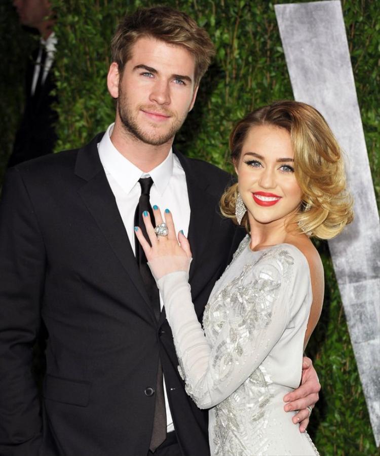 Liam Hemsworth lựa chọn chiếc nhẫn kim cương 3,5 carat của thương hiệu Neil Lane để đeo vào tay Miley Cyrus. Đây là chiếc nhẫn được chính nam diễn viên đặt hàng riêng dựa vào ý tưởng của anh.