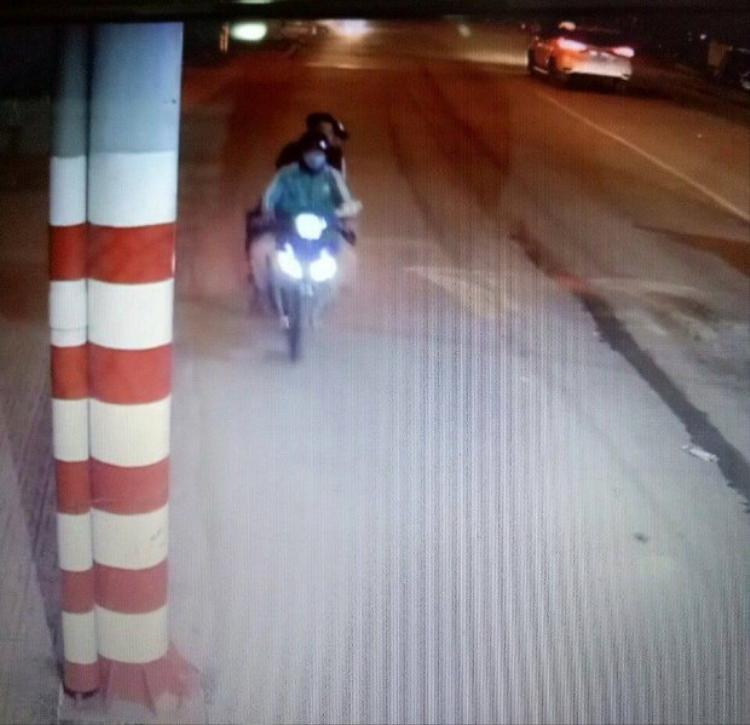Hình ảnh ghi lại cảnh tài xế GrabBike chở theo 2 nam thanh niên trước khi bị sát hại. Ảnh: Dân Việt.