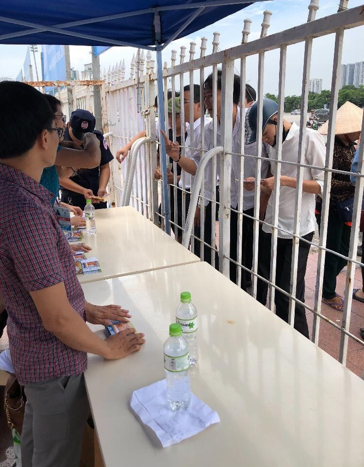 Ban tổ chức bán vé cho người hâm mộ.