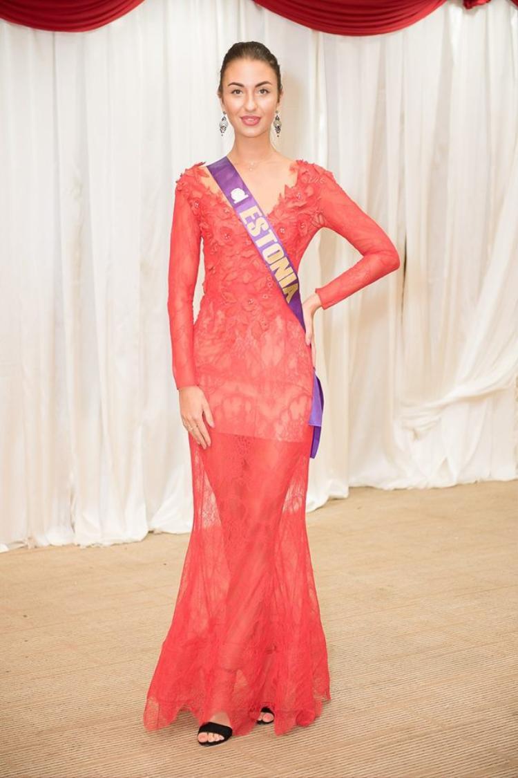 Người đẹp Estonia cũng bị mắc lỗi tương tự. Cùng với đó là gu thời trang sến súa, quê mùa.