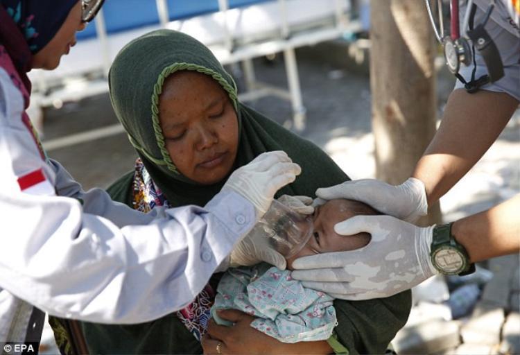 Bé gái được tìm thấy hai ngày sau trận động đất mạnh trên đảo Lombok. Ảnh: EPA