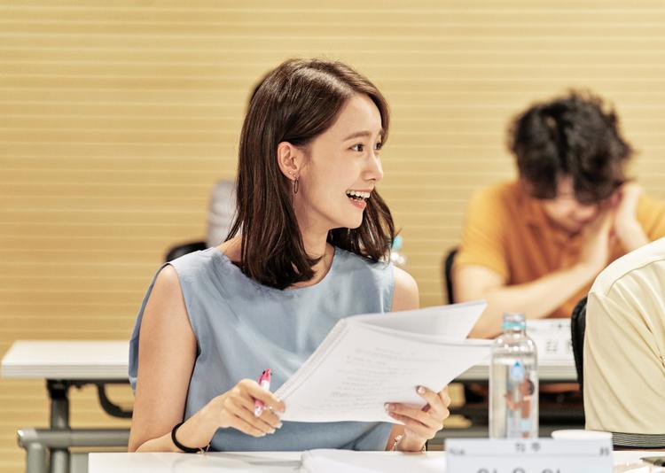 """Trong khi đó, YoonA sẽ đóng vai Eui Joo, phó giám đốc chi nhánh của hội trường, nơi tổ chức tiệc sinh nhật cho mẹ nam chính.Sau khi gặp lại Yong Nam, cô gái này đã hồi tưởng lại những kỷ niệm ngọt ngào trong năm tháng đại học của mình với """"tiền bối""""."""