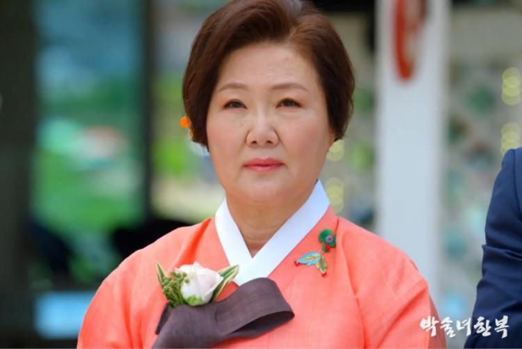 """""""Người mẹ quốc dân"""" Kim Hae Sook sẽ đảm nhận vai nữ tử tù họ Lee, 55 tuổi đang bị ung thư tuyến tụy giai đoạn cuối."""