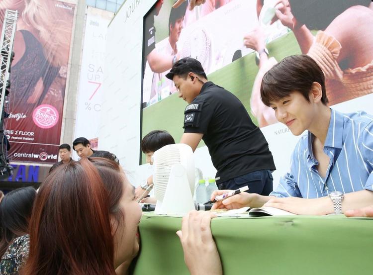 50.000 fan Thái xếp hàng dưới cái nắng chói chang: Ai nói sức hút của EXO hạ nhiệt?