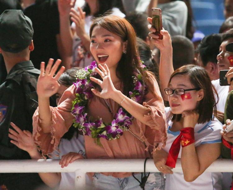 Cô gái lập tức nổi bật trên khắp trang mạng xã hội và trở thành cô gái xinh đẹp nhất đêm qua. Mỹ nhân đó chính là Nguyễn Ngọc Nữ (1994), từng lọt top 10 Hoa hậu hoàn vũ Việt Nam 2017.