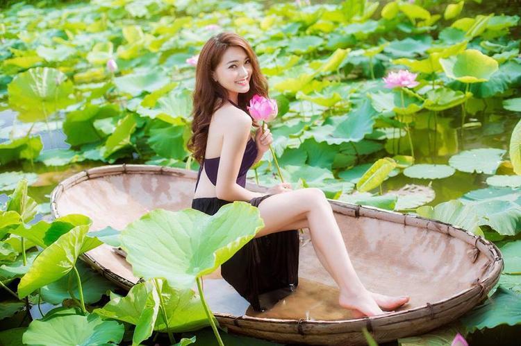 Ngọc Nữ sở hữu gương mặt xinh đẹp thánh thiện và vóc dáng thon thả gợi cảm