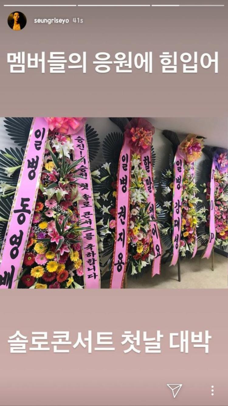 Không thể có mặt tại sự kiện, các thành viên BigBang đã gửi những đóa hoa tươi thắm nhất tới chúc mừng em út.
