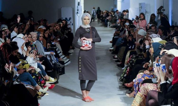 Sàn diễn Thu-Đông 2018 vừa qua gây chú ý bởi sự xuất hiện của5 người mẫu Hồi giáo giới thiệu các mẫu trang phục kèm khăn trùm hijab