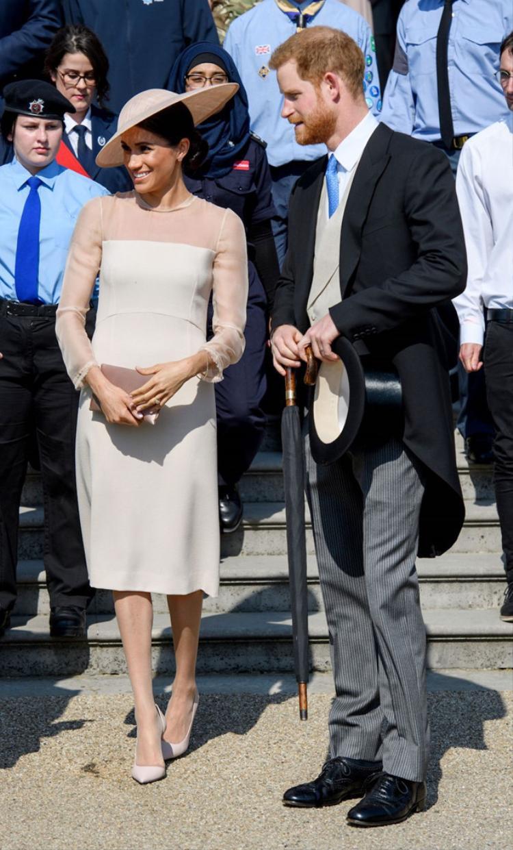 Mẫu váy màu trắng kem thanh lịch của thương hiệu Goat mà Meghan Markle đã mặc tại sự kiện mừng sinh nhật 70 tuổi của Thái tử Charles cũng nhanh chóng hết hàng.
