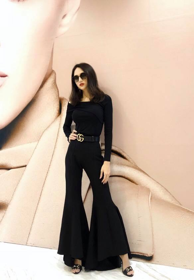 Lần này, Hương Giang lại khiến fan phải trầm trồ khi khoe dáng vóc mi nhon, gợi cảm trong trang phục màu đen tinh tế tôn dáng triệt để.