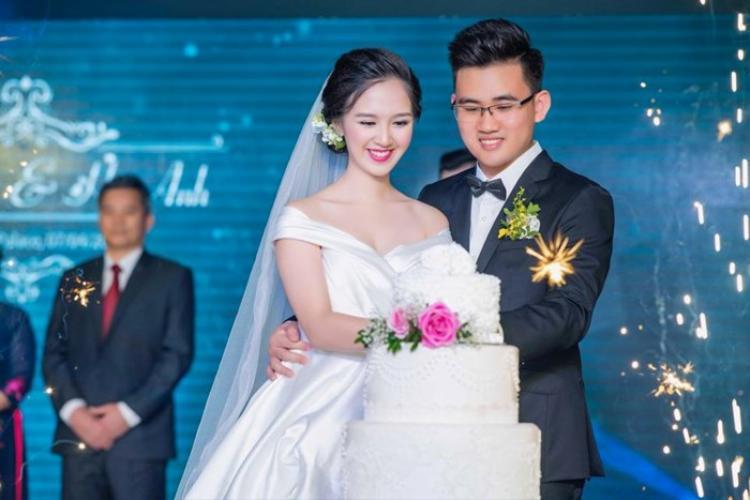 Ngày 4/7, Hà Anh làm đám cưới với người bạn trai và chia sẻ một vài hình ảnh hạnh phúc với người thân, bạn bè.