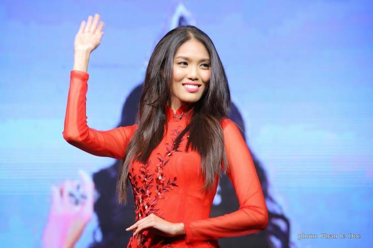 """Lan Khuê là mỹ nhân sở hữu gương mặt lệch chuẩn so với vẻ đẹp truyền thống của người con gái Việt với đôi gò má cao, khuôn miệng rộng, mắt to, cằm không V-line. Đây là vẻ đẹp không được đánh giá cao ở Việt Nam nhưng nó lại được """"săn đón"""" ở thị trường quốc tế."""