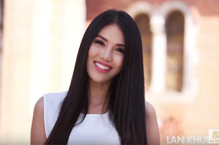 """Trong quá trình tham gia Miss World 2015, Lan Khuê thường xuyên xuất hiện với kiểu tóc """"thương hiệu"""" này. Ngay cả khi hình ảnh giới thiệu với bạn bè năm châu cô cũng không chọn kiểu tóc nào khác ngoài kiểu tóc """"ruột"""". Đôi khi chính sự giản đơn của một mái tóc đen, suôn dài lại là nguồn gốc làm nên sự khác biệt."""