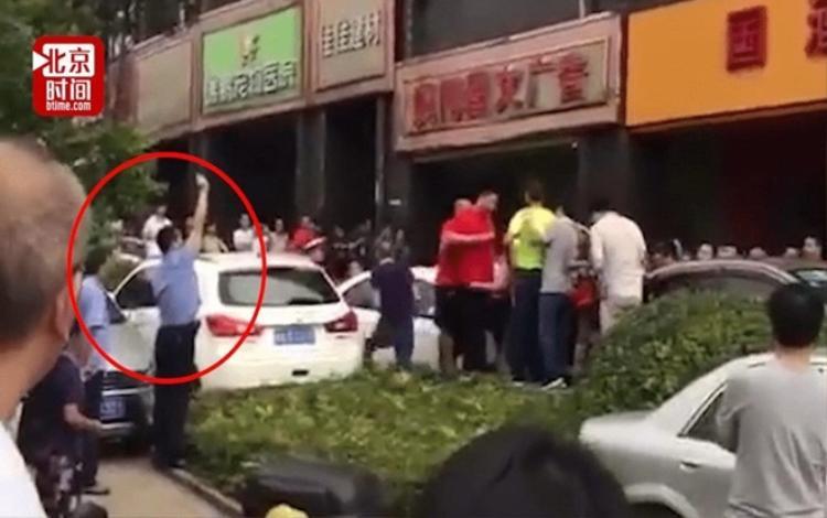 Cảnh sát có mặt tại cửa hàng để giải tán đám đông gây hỗn loạn.