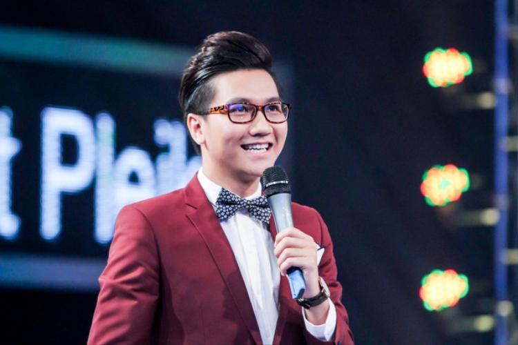 Phạm Công Tố - nam MC của kênh VTV6 đài truyền hình Việt Nam từng giành giải Dẫn chương trình ấn tượng của VTV Awards 2014 - tiếp tục lọt danh sách đề cử ở hạng mục này trong năm nay. Mới đây, nam MC sinh năm 1991 đã đăng tải trên trang cá nhân kêu gọi mọi người bình chọn để anh có cơ hội được cầm cúp VTV Awards một lần nữa.