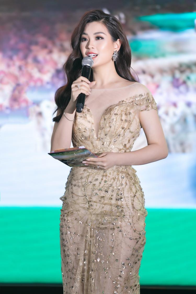Ngoại hình xinh đẹp, giọng nói truyền cảm, dẫn song ngữ Anh- Việt lưu loát là những yếu tố cộng hưởng giúp Diễm Trang phát triển hình ảnh của một MC chuyên nghiệp.