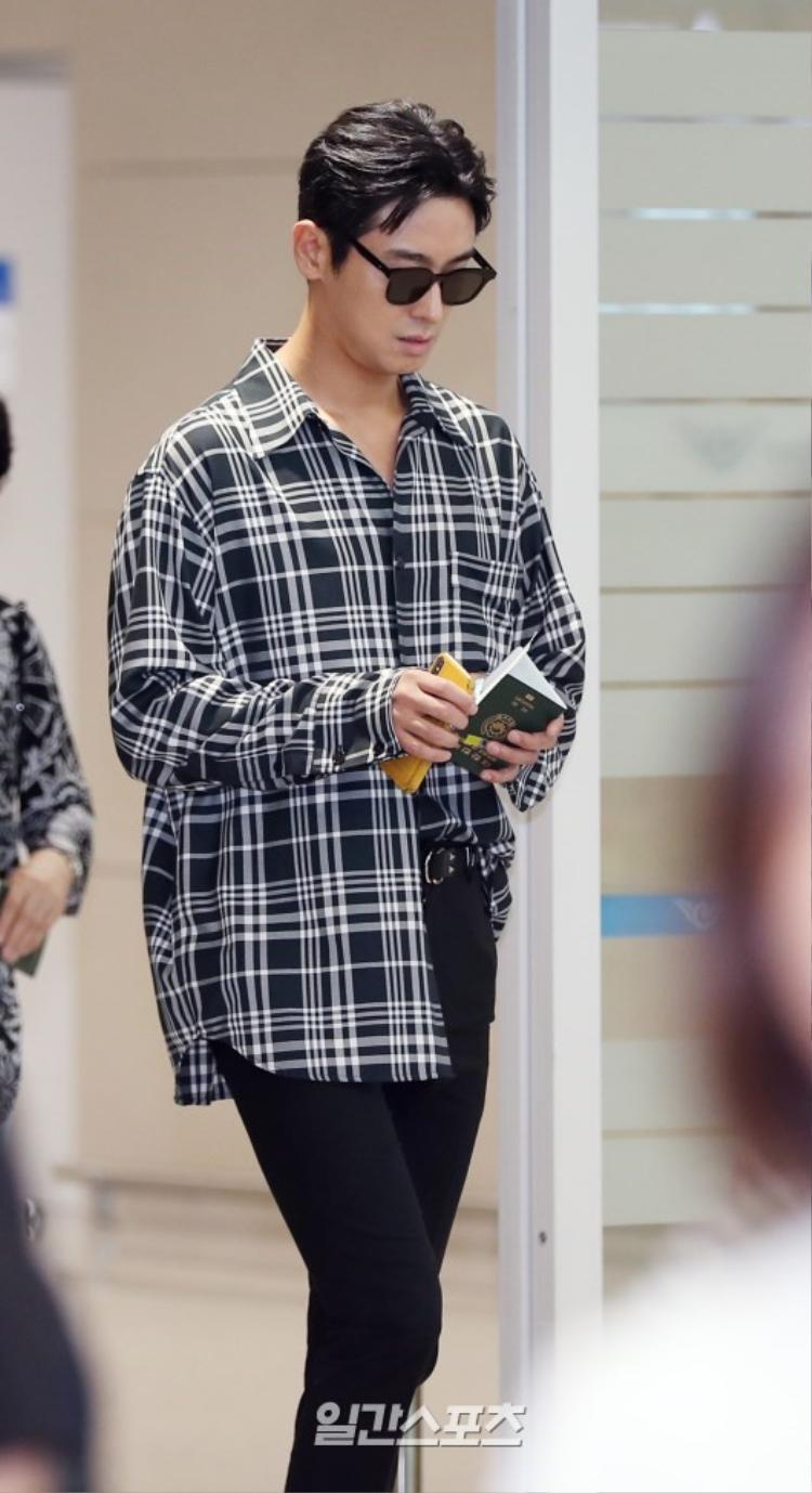 """""""Phó vệ thần"""" Joo Ji Hoon tỏa sáng mọi góc nhìn."""