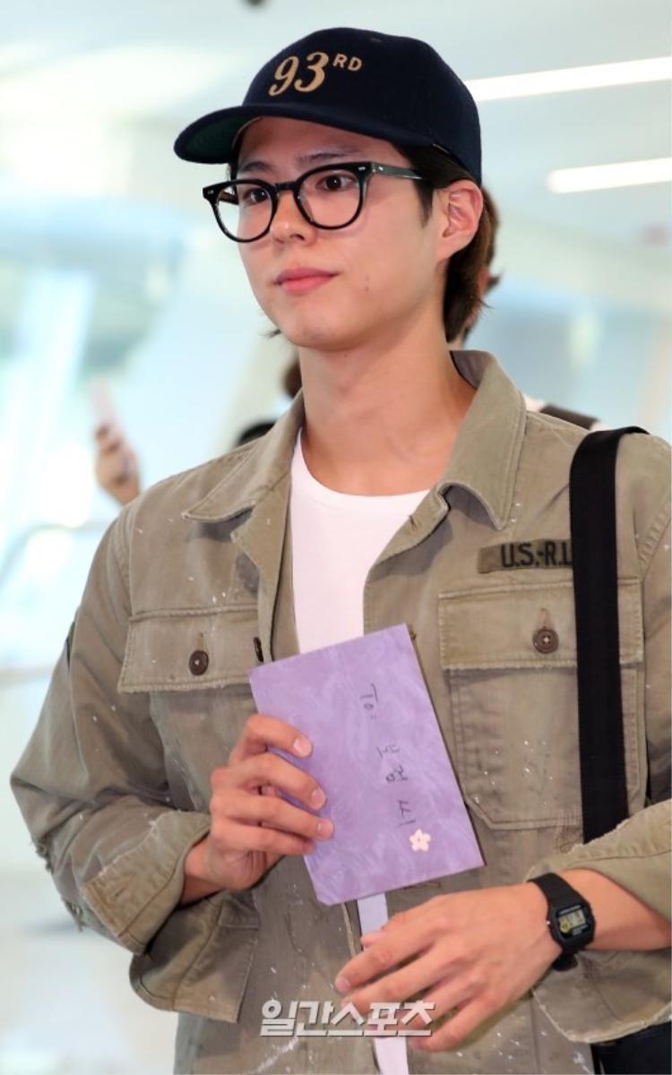 Nam diễn viên sinh năm 1993 đội nón, đeo kính.
