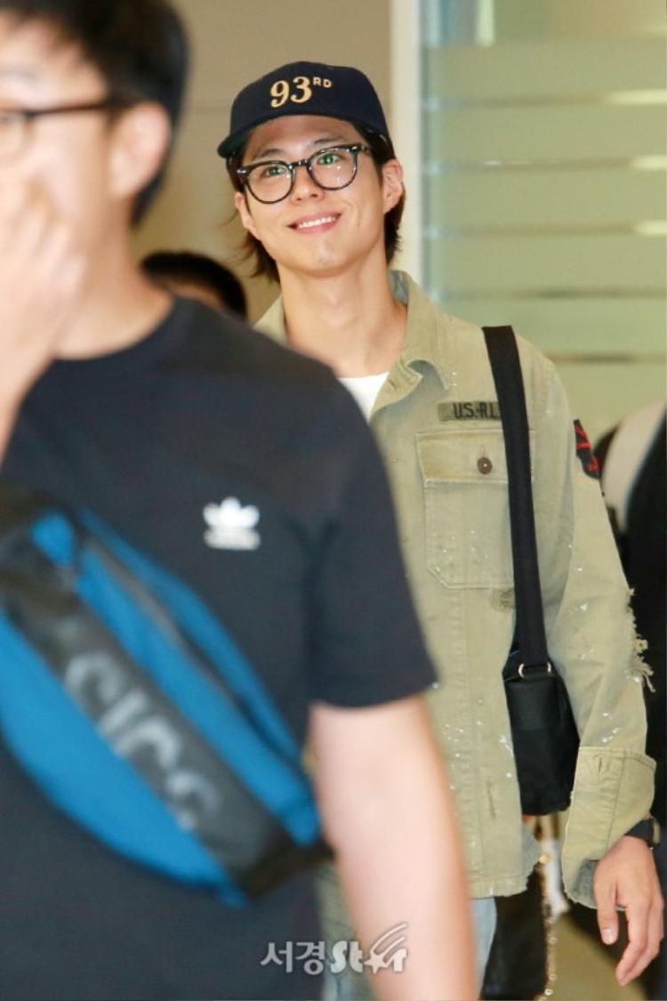 """Thời trang sân bay của Bo Gum khá """"chìm"""" nhưng thay vào đó là nụ cười tươi tắn."""