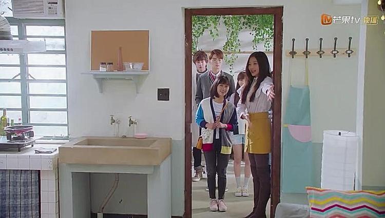 Mọi người cùng nhau đón Sam Thái trở về nhà còn giúp cô mua đồ đạc trang trí nhà.