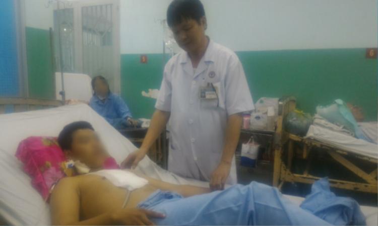 L.T.A nhập viện trong tình trạng nguy kịch, thủng tim. Ảnh: báo Công an.